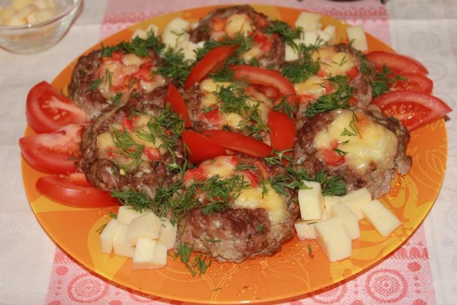 Мясные гнездышки с сыром и помидорами