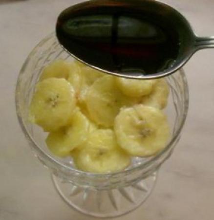 Жареные бананы с вишневым сиропом