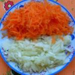 Лук мелко шинкуем, морковь трем на крупной тёрке.