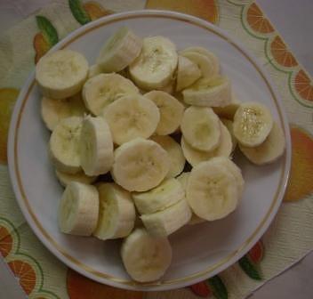 Бананы моем, очищаем от кожуры, нарезаем кружочками