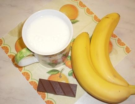 Ингредиенты для бананового коктейля с шоколадной стружкой