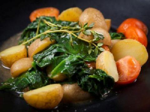 Картофель с тушеным шпинатом и помидорами