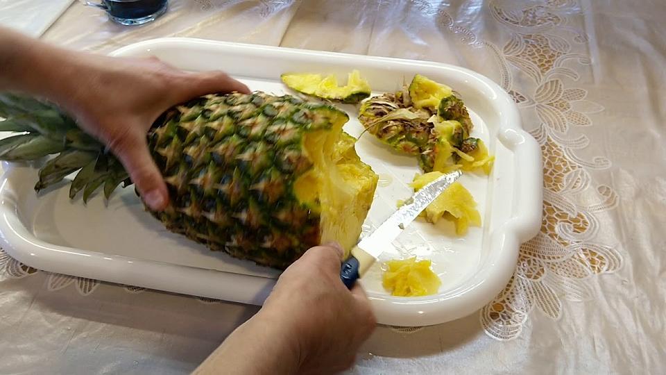 Режет ананас