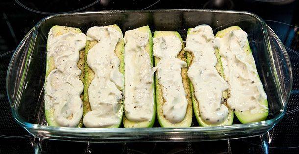 Запеченные в духовке кабачки со сметаной