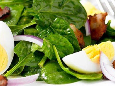 Салат из шпината и яиц