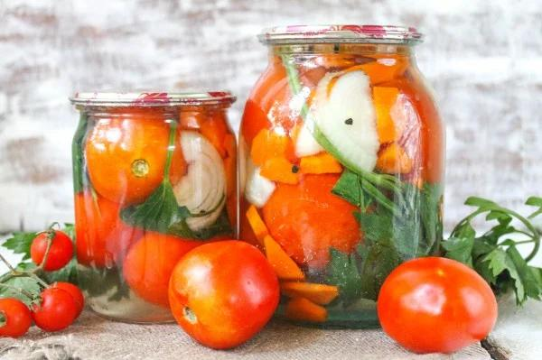 Сладкие консервированные помидоры с луком и морковью