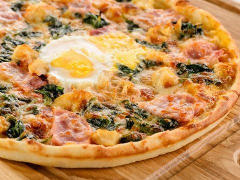 Домашняя пицца с ветчиной и яйцом