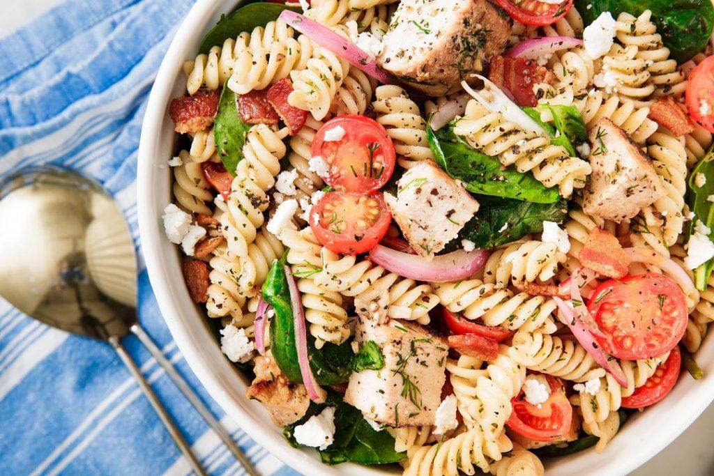 Салат с макаронами и помидорами – Пестрый