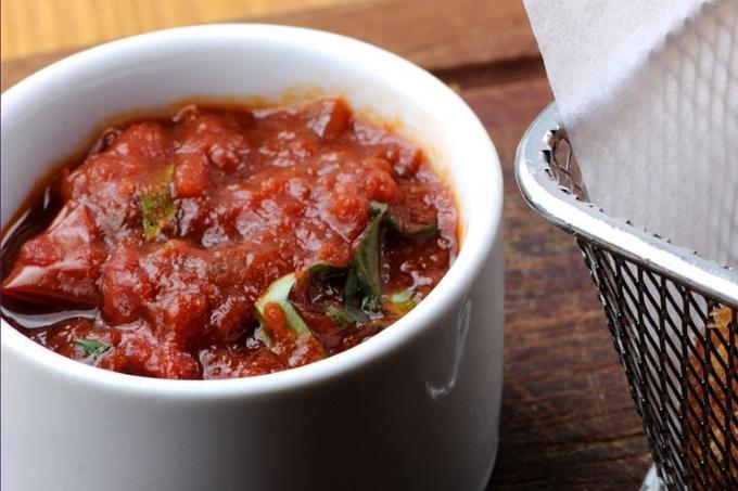 Томатно-чесночный соус к хлебу