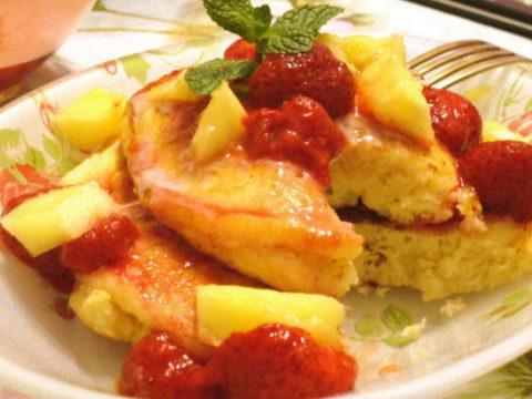 Пышные оладьи на сметане с ананасом и клубничным джемом