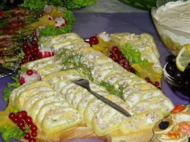 Мягкий рулет из сыра и ветчинно-грибной пасты