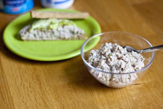 Вкусный салат из тертого сыра и салатного тунца