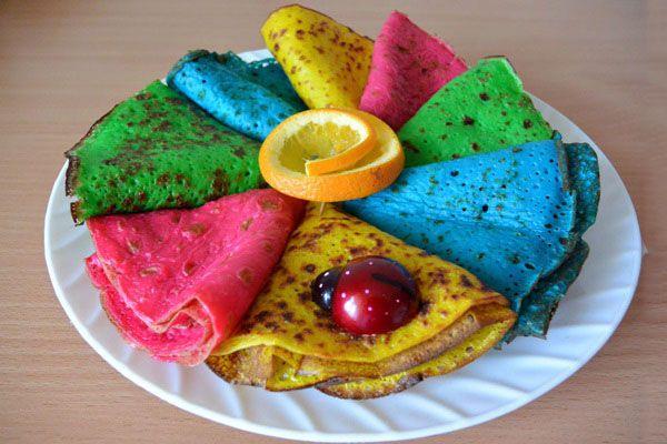 Цветные блинчики на воде с шоколадным сиропом