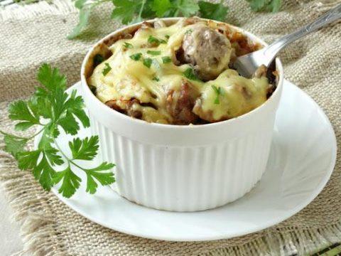 Тефтели с картошкой и грибами под сыром