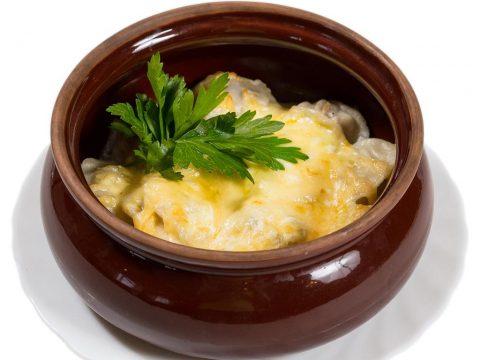 Пельмени в горшочке с сыром