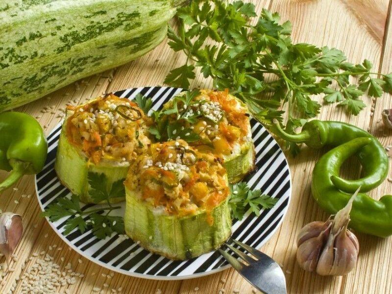 Кабачок, фаршированный овощами
