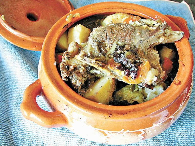 Кролик в горшочке с картошкой