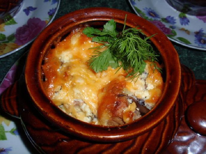 Мясо в горшочках с овощами и сыром