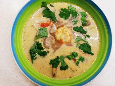 Суп с кокосовым молоком, креветками и курицей