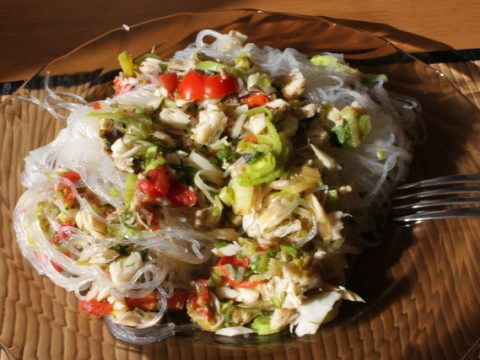 Салат из трески и рисовой лапши