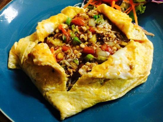 Тайский омлет с курицей и овощами