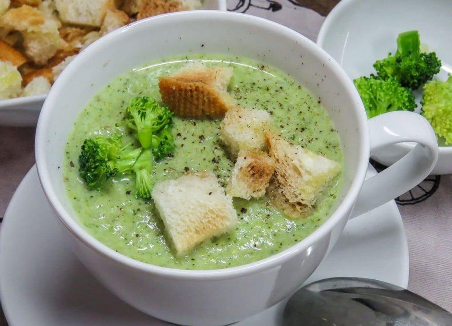 Суп крем из брокколи с гренками