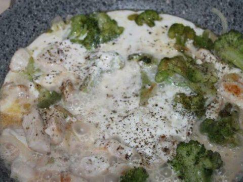 Сметанный соус из брокколи с курицей