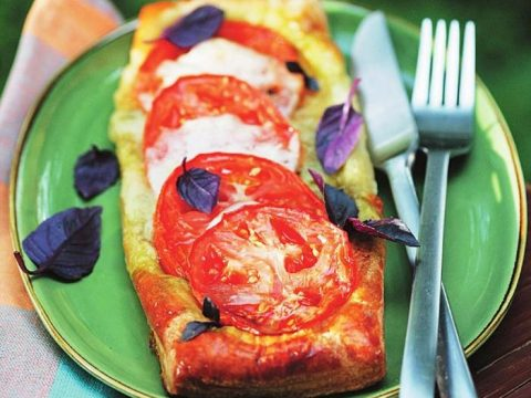 Тарталетки с помидорами из слоеного теста