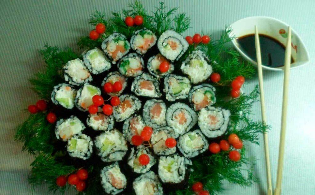 Новогодние роллы с креветками, лососем и овощами