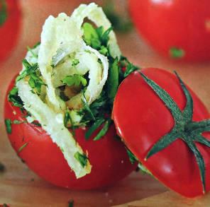 Фаршированные помидоры с жаренным луком, зеленью и чесноком