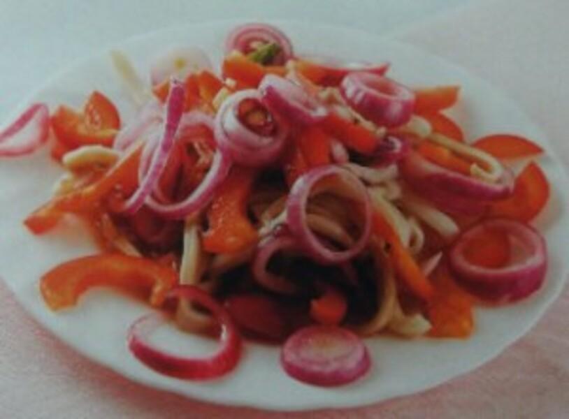 Кальмары с маринованными овощами