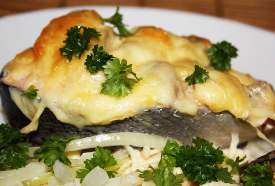 Лосось запеченный с грибами и сыром