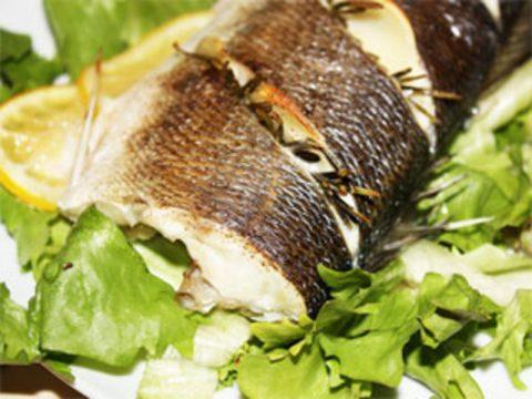 Сибас запеченный с розмарином и чесноком