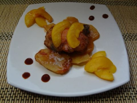 Курица с персиками в сладком соусе