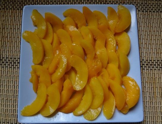 Персики ломтиками