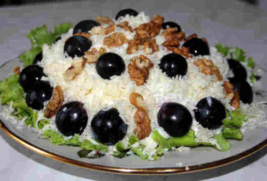 Салат из копченого куриного филе с виноградом