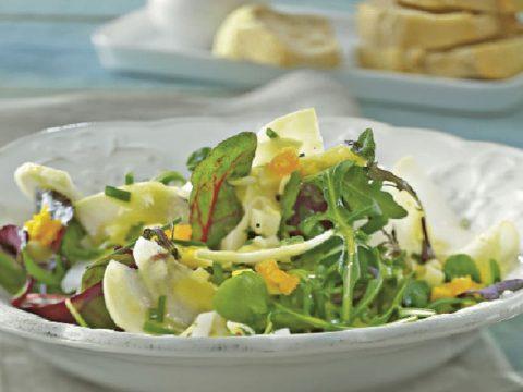 Салат весенний с кольраби и яичной заправкой