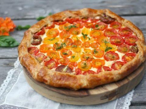 Открытый пирог с томатами и чесноком