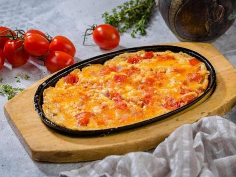 Жареные помидоры с яйцами (Шакшука)
