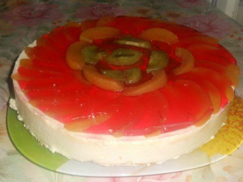 Творожный торт с персиками и киви