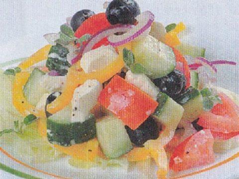 Греческий салат с сыром фета и маслинами