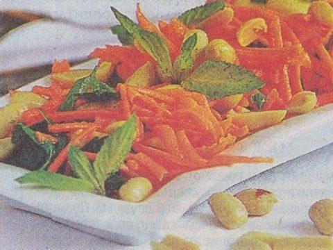 Морковный салат с соленым жареным арахисом
