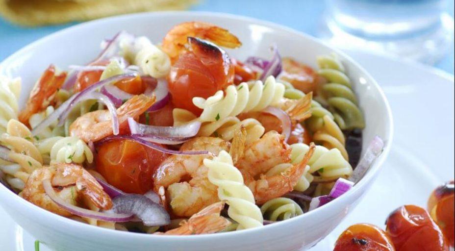 Салат с креветками и помидорами на гриле