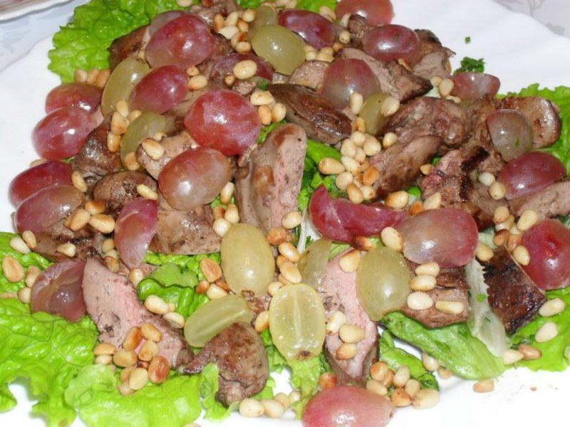 Теплый салат из куриной печени винограда и орехов