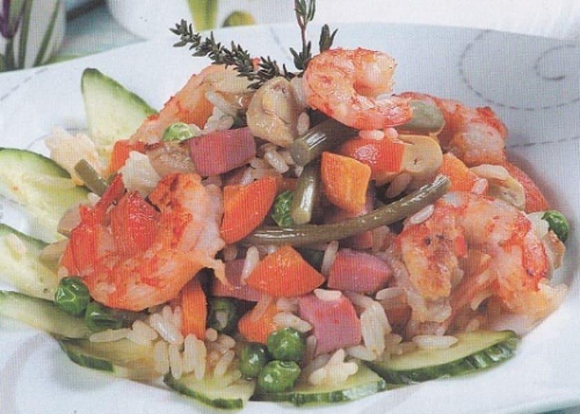 Жареный рис с креветками и ветчиной