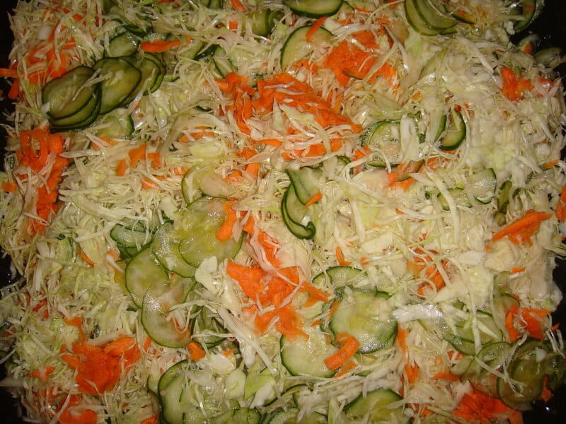 Cалат из капусты, моркови, яблока и лука