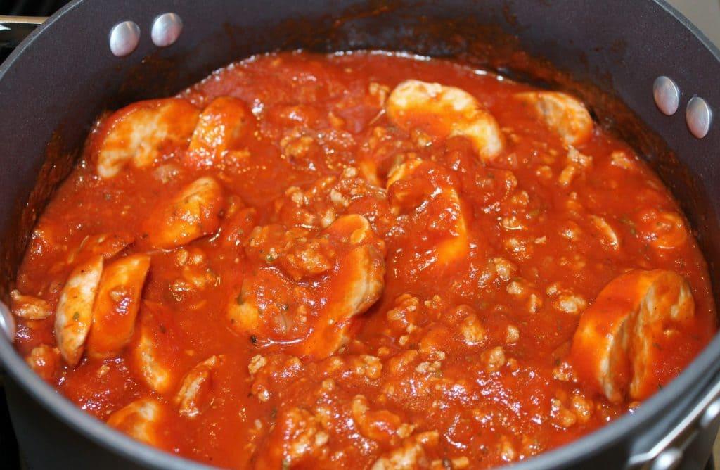 Грибной соус с луком и томатной пастой