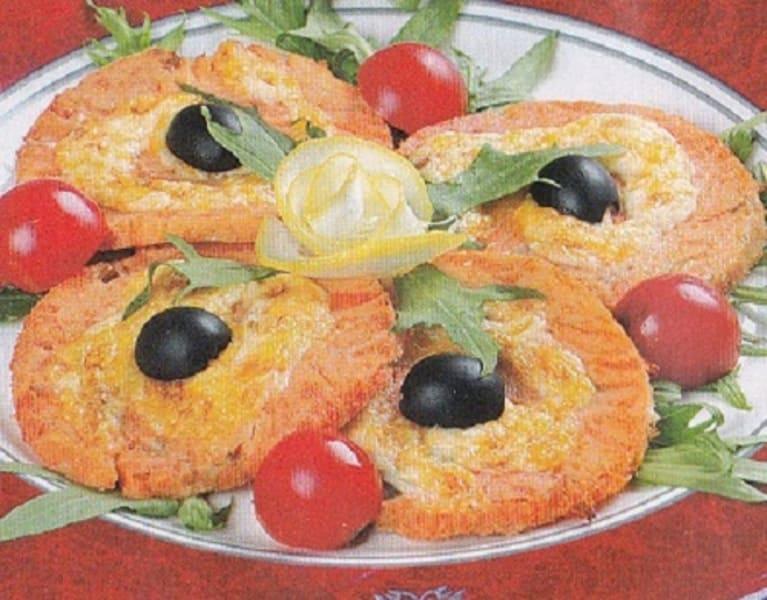 Рулеты из семги с сыром, маслинами и яйцом «Рыбий глаз»