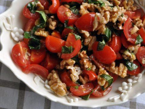 Острые помидоры с чесноком и орехами