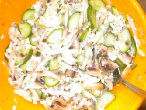 Постный салат из сырых шампиньонов, огурца и пекинской капусты